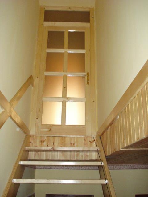 Fa beltéri lépcső, ajtó, falburkolat