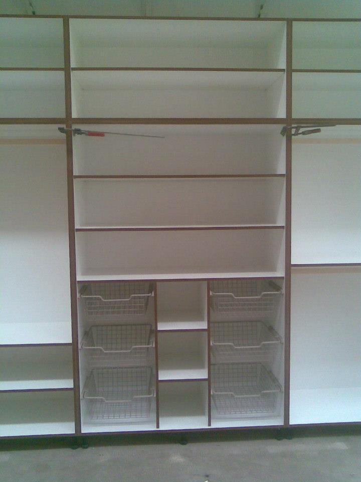 Beépített polcos szekrény