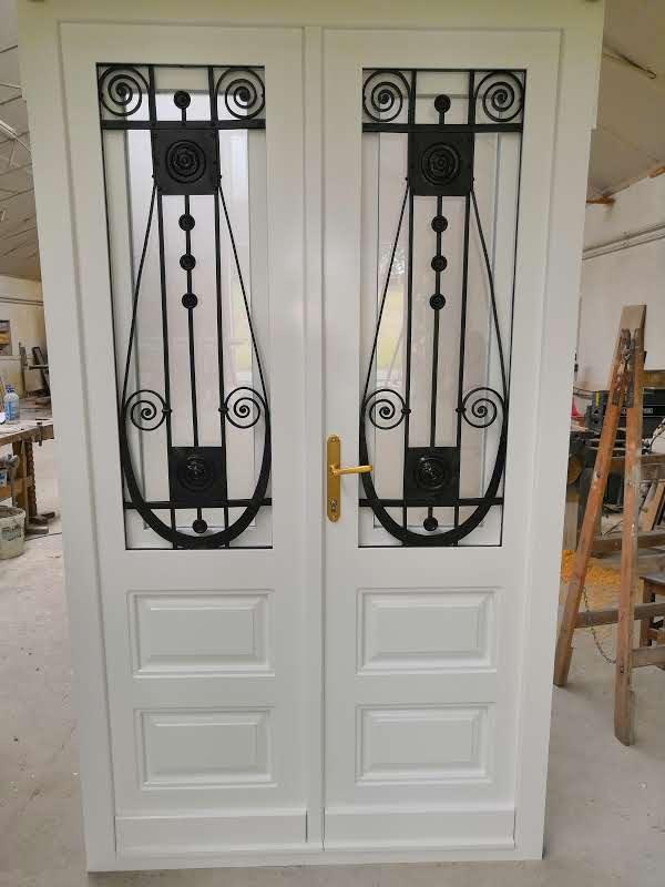 Fa ajtó, ablak gyártás, csere - Polgári lakás bejárati ajtó kovácsoltvas biztonsági rács