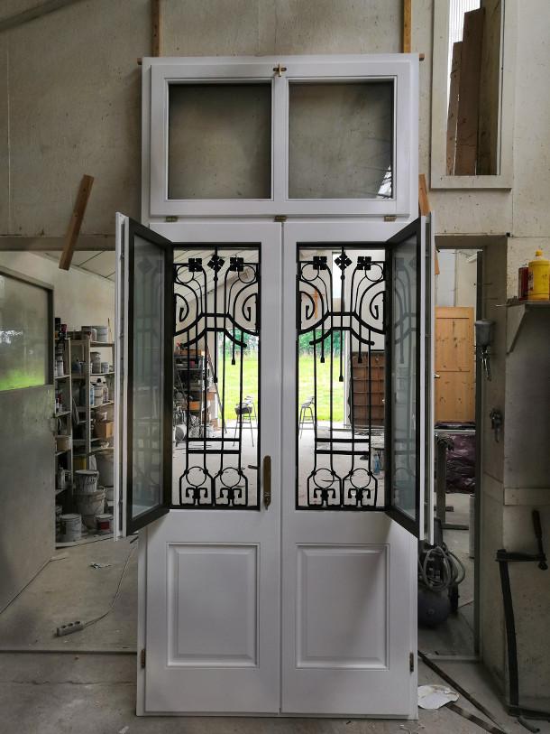 Fa ajtó, ablak gyártás, csere - Két színű fa bejárati ajtó a műhelyben, belső oldal