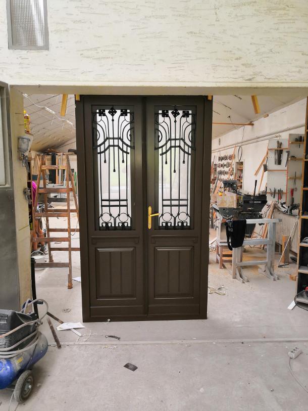 Fa ajtó, ablak gyártás, csere - Két színű fa bejárati ajtó a műhelyben, külső oldal