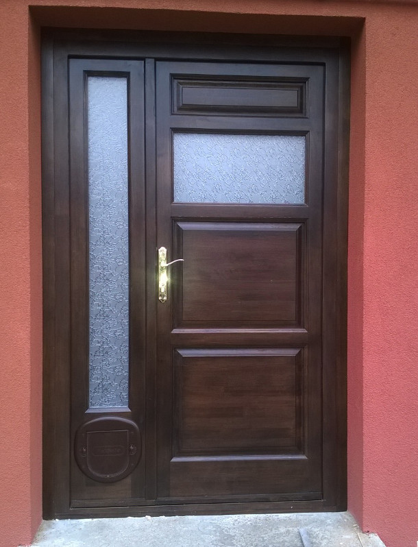 Épületasztalos - Fa bejárati ajtó macskaajtóval
