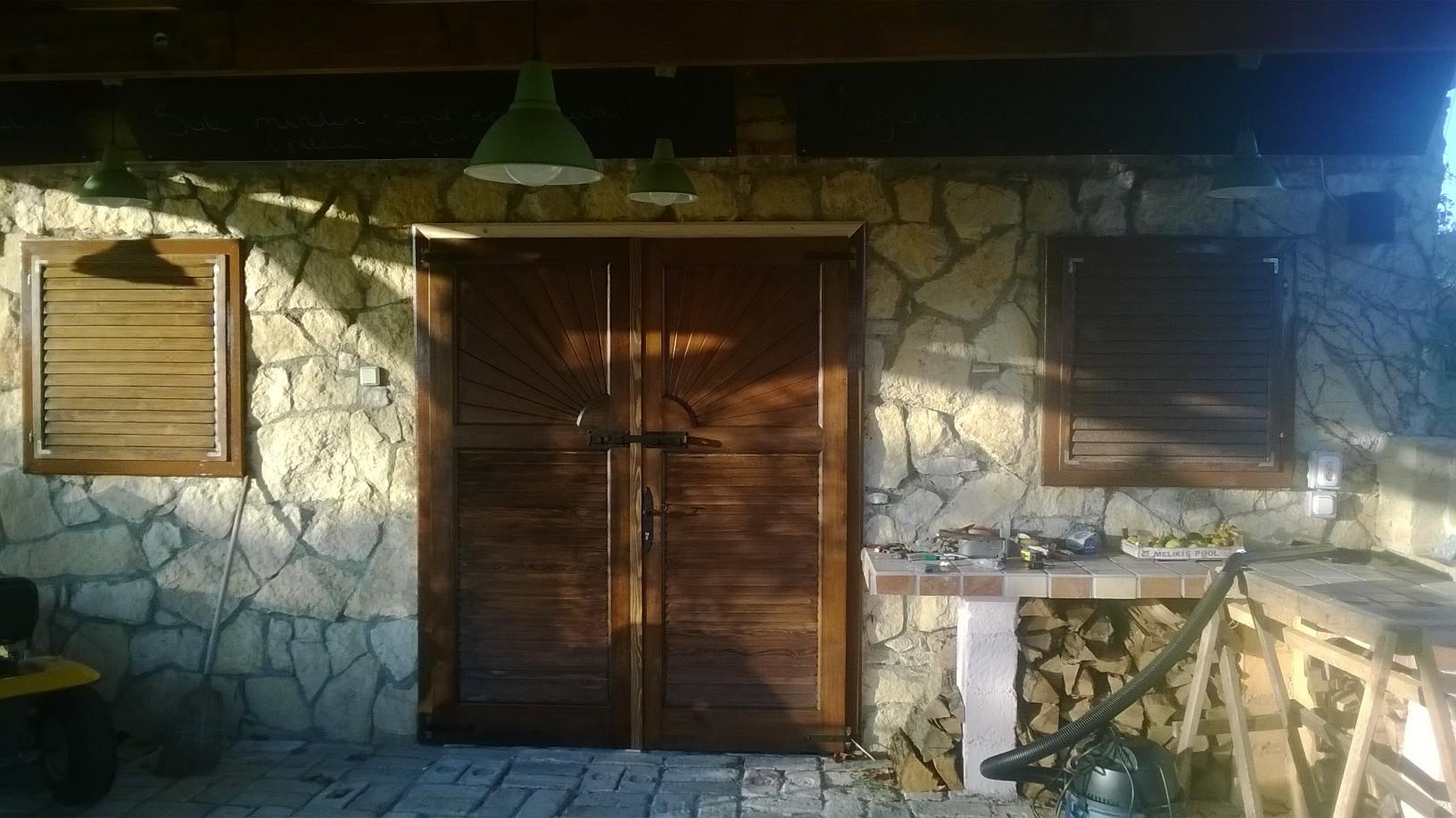 Épületasztalos - Fa kültéri kétszárnyú ajtó, ablak